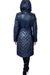 Стеганное пальто с капюшоном глубоко-синего цвета. Фото 7.
