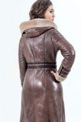 Женская дубленка коричневого цвета на молнии. Фото 2.