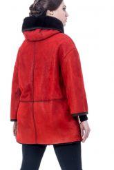Женская дубленка красного цвета с капюшоном. Фото 1.