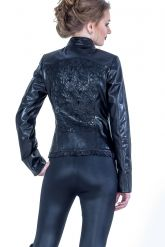 Красивая черная кожаная куртка. Фото 1.