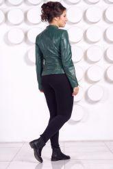 Весенняя кожаная куртка больших размеров зеленого цвета. Фото 4.