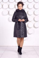 Стеганное пальто с капюшоном глубоко-синего цвета. Фото 1.