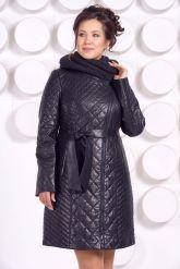 Стеганное пальто с капюшоном глубоко-синего цвета. Фото 3.