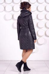 Стеганное пальто с капюшоном глубоко-синего цвета. Фото 5.