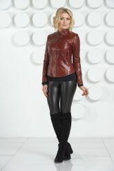 Молодежная кожаная куртка бордового цвета. Фото 1.