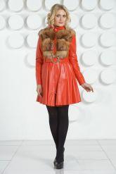 Красный кожаный плащ с отделкой огненной лисы. Фото 1.