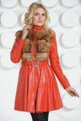 Красный кожаный плащ с отделкой огненной лисы. Фото 3.
