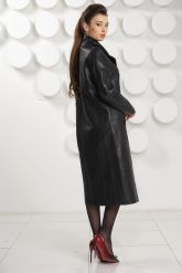 Стильный кожаный плащ черного цвета. Фото 3.