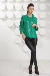 Модная женская куртка зеленого цвета. Фото 1.