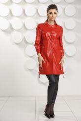 Красный кожаный плащ на пуговицах. Фото 1.