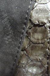 Оригинальный плащ  из натуральной замши с кожей питона. Фото 2.