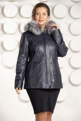 Приталенная кожаная куртка больших размеров с мехом. Фото 2.