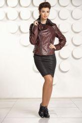 Укороченная приталенная кожаная куртка шоколадного цвета. Фото 1.