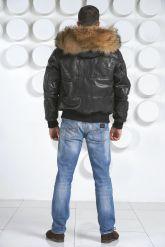 Мужской кожаный пуховик с мехом енота. Фото 4.