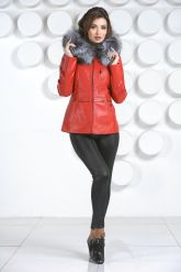 Необычная куртка красного цвета с мехом чернобурки. Фото 1.