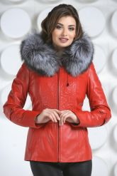 Необычная куртка красного цвета с мехом чернобурки. Фото 3.