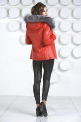 Необычная куртка красного цвета с мехом чернобурки. Фото 4.