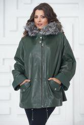 Женская кожаная куртка больших размеров зеленого цвета. Фото 2.