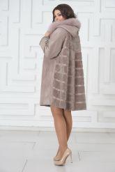 Жемчужное трапециевидное пальто из овчины. Фото 3.
