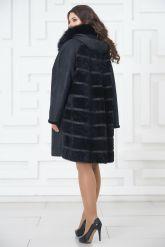 Трапециевидное пальто из овчины синего цвета. Фото 6.