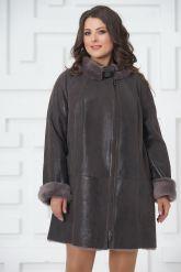Трапециевидное пальто из овчины с мехом норки. Фото 2.