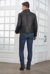 Короткая мужская кожаная куртка черного цвета. Фото 3.