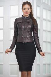 Молодежная короткая кожаная куртка бордового цвета. Фото 4.