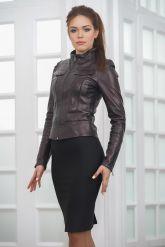 Молодежная короткая кожаная куртка бордового цвета. Фото 5.