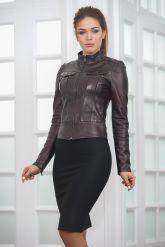 Молодежная короткая кожаная куртка бордового цвета. Фото 6.