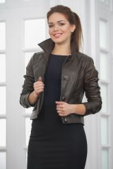 Короткая кожаная куртка на пуговицах. Фото 6.