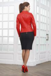 Стеганая кожаная куртка косуха красного цвета. Фото 2.