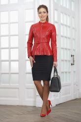 Короткая кожаная женская куртка на молнии. Фото 3.