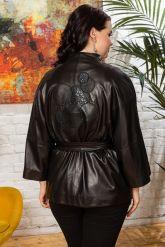 Весенняя кожаная куртка с принтом на спине. Фото 1.