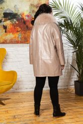 Удлиненная кожаная куртка с мехом енота. Фото 1.