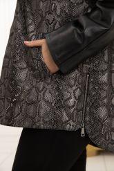 Демисезонная кожаная куртка с принтом питона. Фото 3.