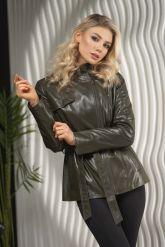Женская куртка из натуральной кожи оливкового цвета весна 2021. Фото 6.