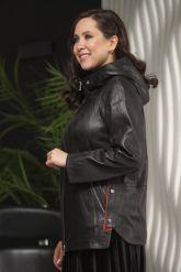 Женская кожаная куртка с капюшоном больших размеров. Фото 1.