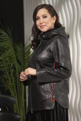Женская кожаная куртка с капюшоном больших размеров. Фото 5.