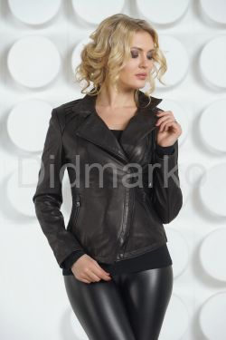 Молодежная кожаная куртка черного цвета
