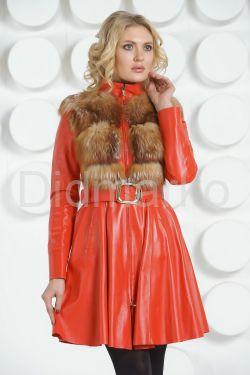 Красный кожаный плащ с отделкой огненной лисы