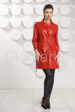 Красный кожаный плащ на пуговицах