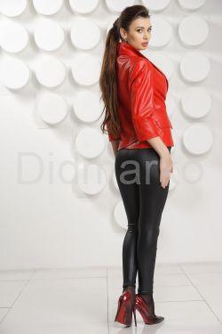Кожаная куртка красного цвета