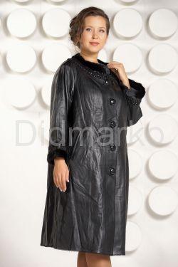Красивое кожаное пальто черного цвета