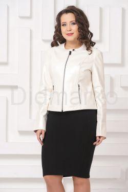 Приталенная кожаная куртка молочного цвета