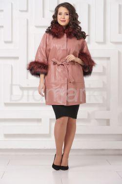 Красивое кожаное пальто цвета пудры