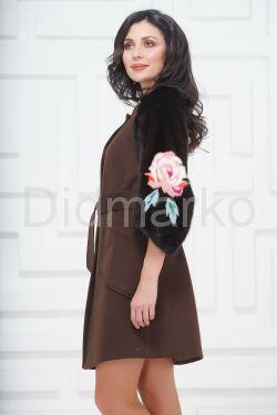 Стильное пальто с рукавами из меха норки