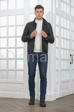 Короткая мужская кожаная куртка черного цвета