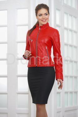 Молодежная кожаная куртка красного цвета