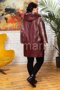 Удлиненная кожаная куртка с капюшоном бордового цвета