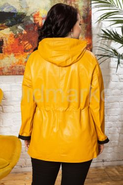 Яркая кожаная куртка удлиненная